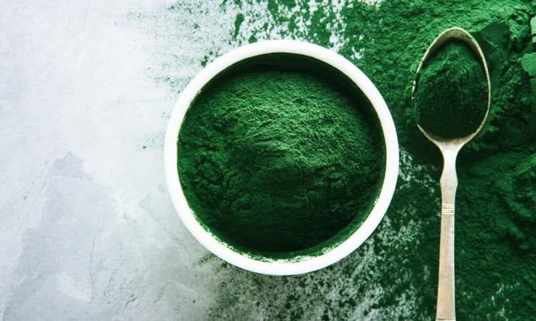 La pizza con l'alga spirulina biologica: proprietà e benefici